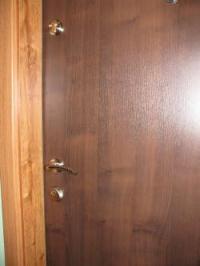 Двуцветна блиндирана врата с две брави