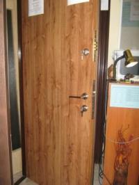 Блиндирани врати с две брави